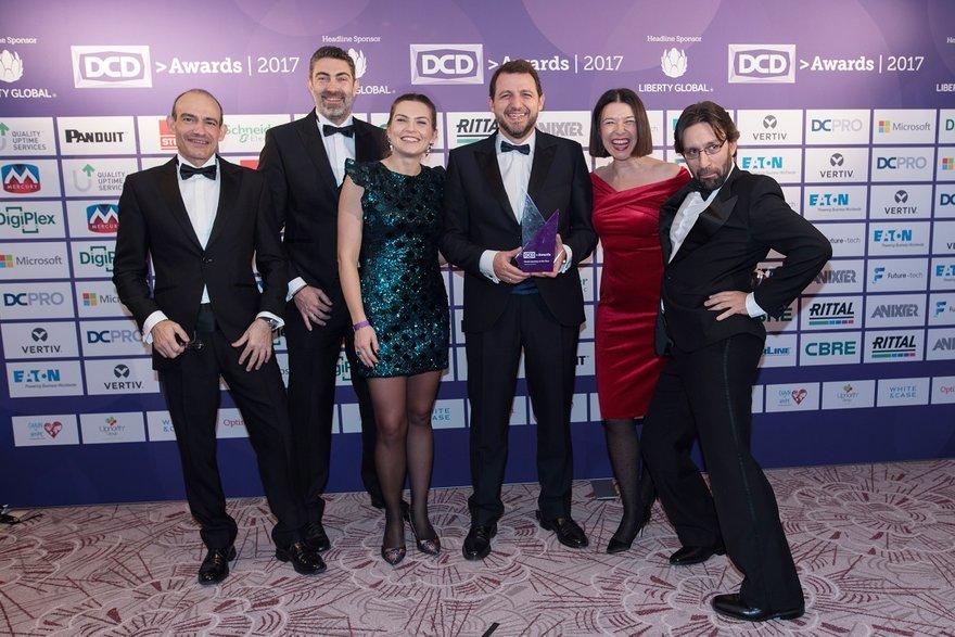 Equipo de Repsol junto a su galardón en los DCD Awards 2017