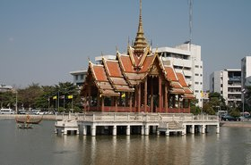 Ramkhamhaeng_University_in_Bang_Kapi_District,_Bangkok,_Thailand by Globe-trotter at wts wikivoyage.jpg